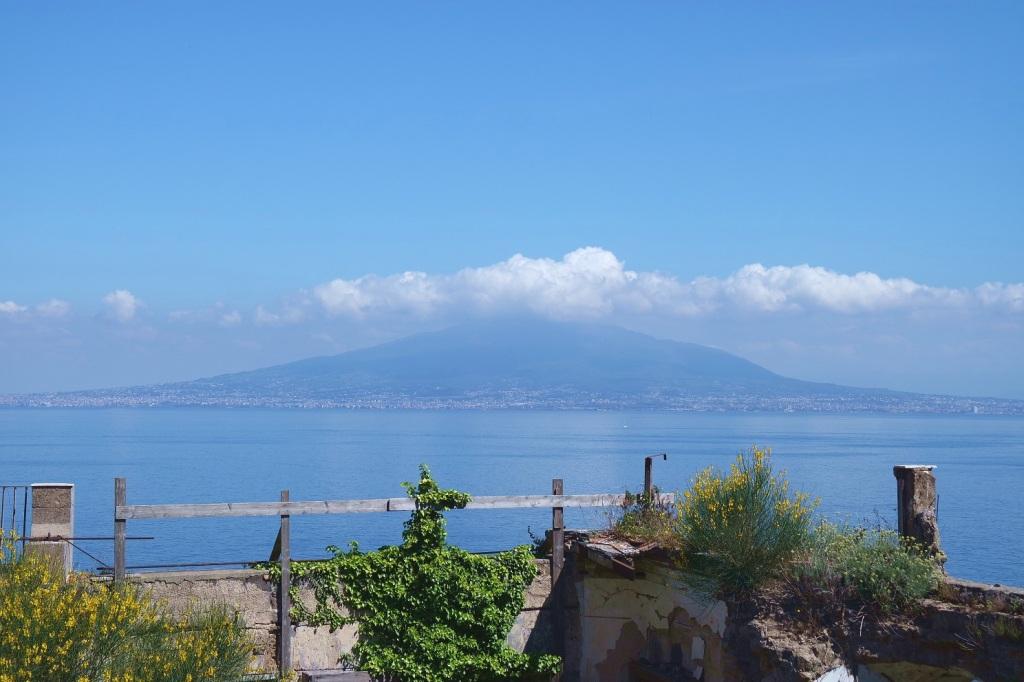 Cetara il tempo e la Colatura - Il Vesuvio visto dalla costiera.