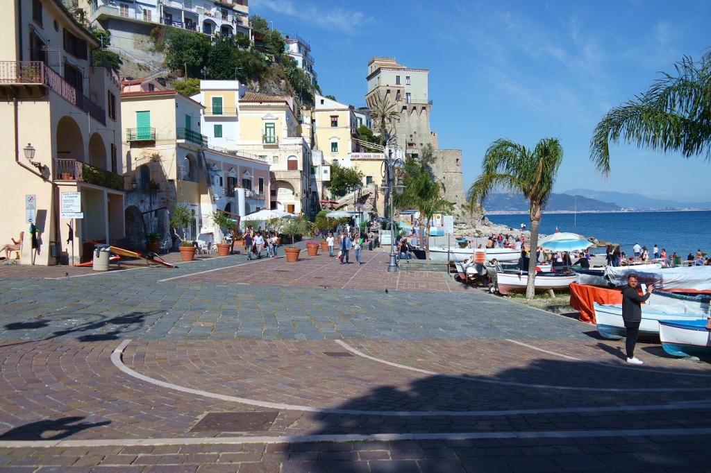 Cetara il tempo e la Colatura - La caratteristica piazzetta sul mare di Cetara, con le barchette a riva.