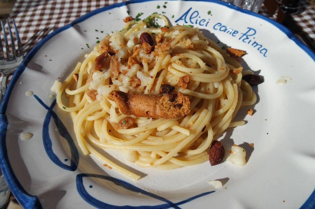 """Cetara il tempo e la Colatura - Gli spaghettoni con la """"colatura"""" taralli e mandorle."""