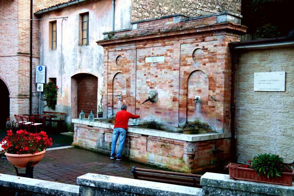 Storie di Vite a Serrapetona: L'acqua della fonte di piazza è sempre la più buona.