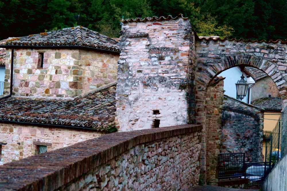 Storie di Vite a Serrapetona: Fra gli archi ed i vicoli del centro storico